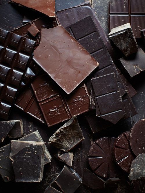 אוהבים שוקולד? גם אתם רוצים ליצור שוקולד ופרלינים בטעמים שאתם הכי אוהבים? סדנת שוקולד עשירה מבית פנטזיות משוקולד פירוט הסדנה: נכיר את תכונות השוקולד, סוגי השוקולד המגוונים וטכניקות להכנת פרלינים נלמד כיצד מאריכים את חיי המדף שלהם מבלי להוסיף חומרים משמרים ונהנה ממשקאות שוקולד מפנקים לאורך הסדנה • נלמד טכניקות ליציקה, טבילה וציפוי בשוקולד • הכנת פרלינים בשיטות השונות • ניצור טבלאות שוקולד, טראפלס וסוכריות שוקולד על מקל • נטעם את מגוון השוקולד והפרלינים שניצור ונארוז בקופסאות מהודרות בסדנה נלמד את עקרונות הכנת השוקולד המלוחה ונגלה טעמים חדשים ומפתיעים עם סיום הסדנה כל משתתף ייקח איתו את השוקולד שהכין משך הסדנה כ 4 שעות בדקו בלוח הסדנאות שלנו על התאריך הקרוב או חייגו אלינו לסדנה פרטית אפילו בביתכם בתוספת תשלום עם סיום ההזמנה תקבלו לדואר האלקטרוני שובר לסדנה תוקף השובר 12 חודשים מיום הרכישה
