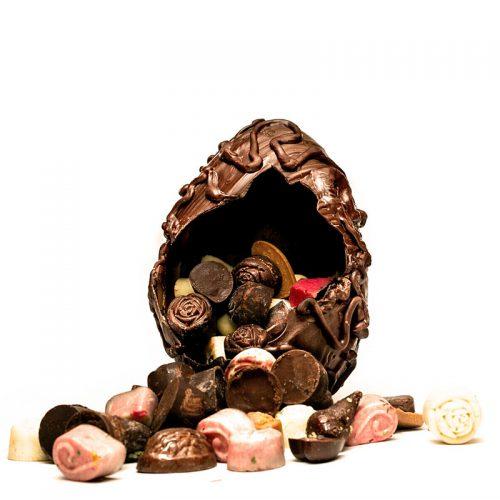 ביצה בקועה משוקולד מריר ובתוכה שפע פרלינים