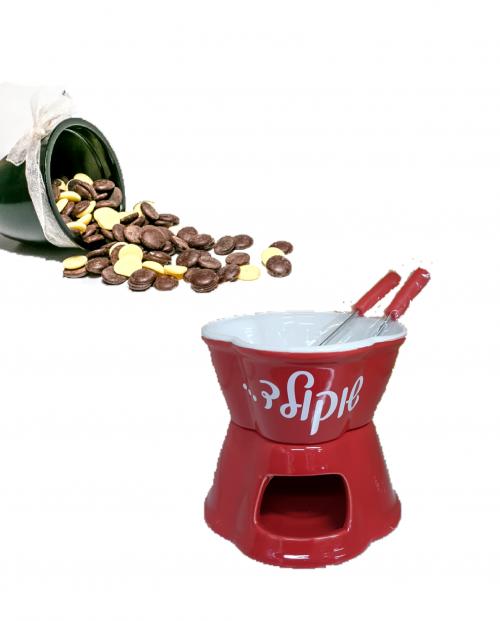 סט פונדו מקרמיקה, מגיע עם זוג מקלות טבילה, מטבעות שוקולד מריר 72% מוצקי קקאו ומטבעות שוקולד לבן.