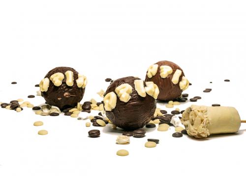 כדורי הפתעה משוקלד שלישיית כדורי הפתעה עשויים שוקולד בלגי מובחר . מכילים בתוכם שוקולד במגוון וריאציות, באחד תמצאו 3 פרלינים משובחים, בשני הדרים מצופים שוקולד מריר 70% מוצרי קקאו ובדור השלישי תמצאו את הטראפלס שוקולד המשגע שלנו מצופים באבקת קקאו בדיוק במידה הנכונה