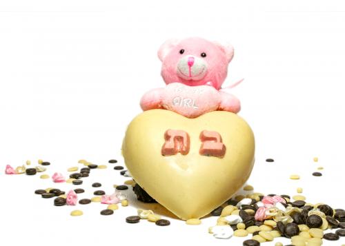 """לב שוקולד - מתנה ללידה לב חלול משוקולד בלגי משובח, מכיל בתוכו 5 פרלינים ודובון NEWBORN פרוותי מבצבץ תכלת אוחז לב עם הכיתוב """"נסיך נולד"""" או BABY BOY וורוד אוחז לב עם הכיתוב """"נסיכה נולדה"""" או BABY GIRL על לב השוקולד מצויין מין הילוד בן / בת בחרו מבין הואריאציות את השוקולד האהוב עליכם"""