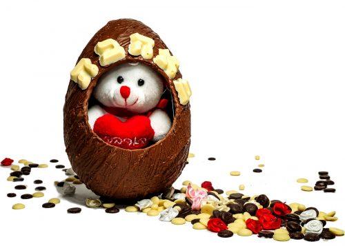 ביצת שוקולד בעבודת יד. עשויה משוקולד חלב / לבן / מריר החל מ-60% מוצקי קקאו בלגי מובחר. (קיים בווריאציות שוקולד לבן/חלב/מריר ללא סוכר). הקדשת -באהבה- על ביצת השוקולד, מכילה דובון פרוותי המבצבץ מחלון הביצה ומגיעה באריזה שקופה מעוטרת בסרט סאטן, מוצפת סוכריות בצורת לבבות בתחתית.