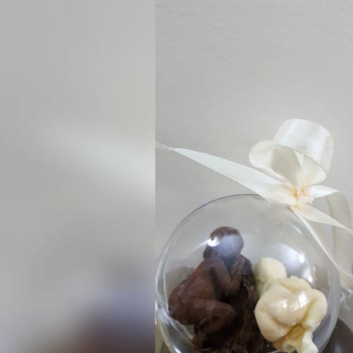תינוק בבועה שקופה מעוטרת בסרט סאטן 3 תינוקות משוקולד פרימיום