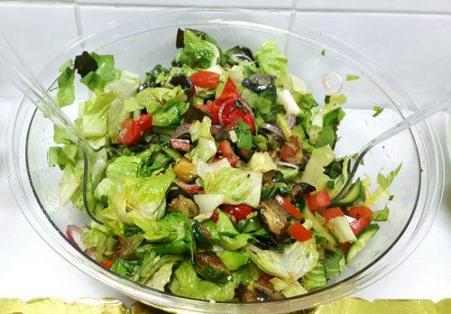 עגבניות שרי חצויות, קרעים של עלי בזיליקום, זיתים שחורים, בייבי מוצרלה ושמן זית , מגיע מוכן להגשה בקערה 4 ליטר כולל כף הגשה