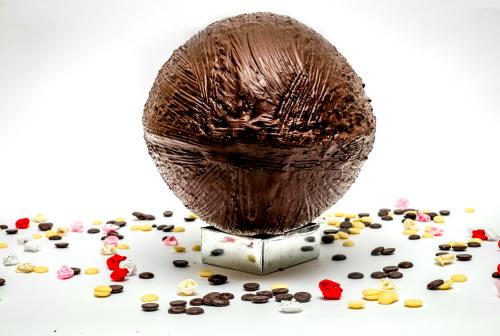 """פנטזיות משוקולד מרעננים לכם את עולם המתנות! אריזת אגוז ענק משוקולד בלגי בחרו מבין הואריאציות את סוג השוקולד וההפתעות שתרצו להכניס פנימה. תוכלו לבחור מבין ההקדשות המוצעות או לכתוב הקדשה משלכם בהערות. גובה:18 ס""""מ אורך: 30 ס""""מ מי מאתנו לא אוהב הפתעות? במיוחד כשהם מגיעות בתוך אריזות אכילות משוקולד בלגי מובחר... שוקולד חלב, מריר או לבן ואפילו ללא סוכר. שוברים את השוקולד , מגלים את ההפתעה ואוכלים בהנאה גדולה את השברים."""