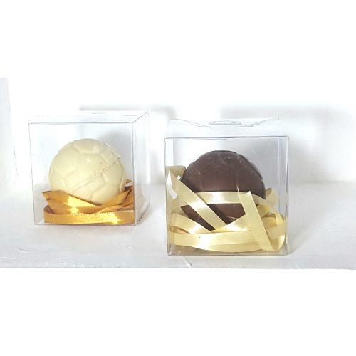 אריזת כדורגל משוקולד בלגי מי מאתנו לא אוהב הפתעות? במיוחד כשהם מגיעות בתוך אריזות אכילות משוקולד בלגי מובחר... שוקולד חלב, מריר או לבן ואפילו ללא סוכר. שוברים את השוקולד , מגלים את ההפתעה ואוכלים בהנאה גדולה את השברים.