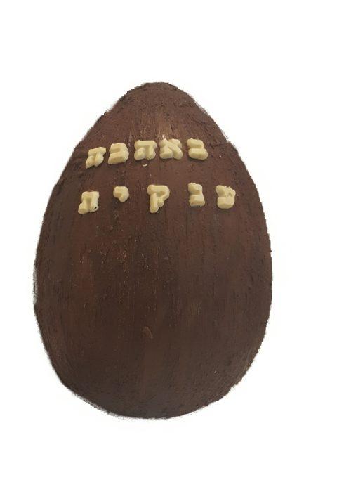 """פנטזיות משוקולד מרעננים לכם את עולם המתנות! ביצת ענק משוקולד בלגי בחרו מבין הואריאציות את סוג השוקולד וההפתעות שתרצו להכניס פנימה. תוכלו לבחור מבין ההקדשות המוצעות או לכתוב הקדשה משלכם בהערות. גובה45 ס""""מ אורך: 30 ס""""מ מי מאתנו לא אוהב הפתעות? במיוחד כשהם מגיעות בתוך אריזות אכילות משוקולד בלגי"""