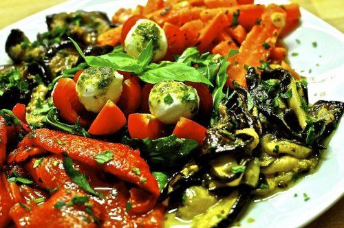 מבחר ירקות בצבעים שונים קלויים בתנור, מתובלים בשמן-זית איכותי, עשבי תיבול פלפל שחור גרוס ומלח ים אטלנטי. פלפלים ב 3 צבעים, קוביות בטטה,רצועות קישואים, פרוסות חצילים,גזר, בצל סגול ופטריות שמפיניון . הירקות משתנים בהתאם לעונות השנה האנטיפסטי מסודרים בקפידה על מגש מהודר, ארוז ומוכן להגשה. ירקות האנטיפסטי מגיעים בטמפרטורת החדר. ניתן להגיש קר/חם.