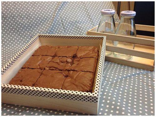 מגש הבראוניז של פנטזיות משוקולד מהפופולאריים שלנו מלבני בראוניז עשירים עם מגוון תוספות : אגוזי מלך/ סוכריות/ פיסטוק/ בוטנים מצופים חלקית בשוקולד ומעוטרים 25 יחידות מסודרות בקפדנות על מגש משוקולד בלגי, ארוז ומוכן להגשה.
