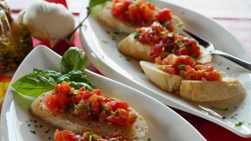 ברוסקטות מלחם שיפון / מלא / זיתים לצד מתבלי סלסה / פסטו וארטישוק