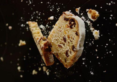 פרוסות עוגות בחושות במגוון טעמים, וניל פצפוצי שוקולד, פרג, גזר, תפחוי עץ וקינמון, תפוזים, אינגליש קייק וקפה 30 יחידות מסודרות על מגש משוקולד בלגי, ארוז ומוכן להגשה