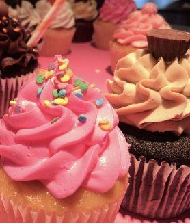 סדנת קאפקייקס לילדים במהלך הסדנה נלמד תחילה לאפות עוגות קאפקייקס טעימות ועסיסיות במגוון טעמים בזמן שהקפקייקס הטעימים שלנו יאפו בתנור נשתעשע לנו עם בצק סוכר ונלמד ליצור דמויות שיקשטו לנו את הקינוחים ולאחר מכן נכין קרמים וקצפות טעימות וצבעוניות , כדי שגם אתם תדעו להכין בבית לבד בפעם הבאה שיתחשק לכם לקשט קאפקייקס כמתנה לחברים/ אולי בכדי לעצב את שולחן יום ההולדת או סתם כי בא לכם לנשנש. לאחר מכן, נרכיב את הקאפקייקס ונעטר במבחר סוכריות ותוספות טעימות אורך הסדנה כ-4 שעות בה נלמד, נצחק, ונטעם במהלך השלבים עם סיום הסדנה כל משתתף יארוז את העוגיות שהכין וייקח איתו לאהוביו
