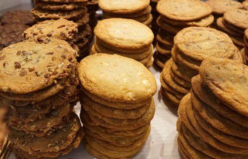 מבחר עוגיות חמאה פריכות בעבודת יד עוגיות פרמז'ן עוגיות פרג עוגיות צ'דר לצד מתבלי שמנת בטעמי פסטו/, עגבניות שרופות וטבעי. מגש עוגיות תבלינים מלוחות, ארוז ומוכן להגשה