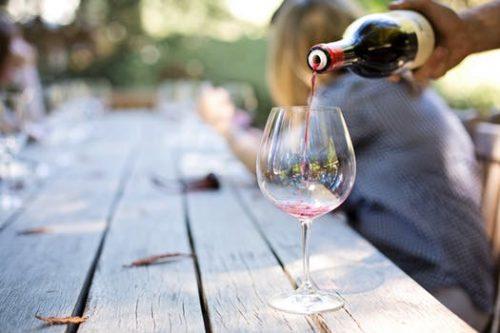 יינות : למברוסקו אמליאנו רוזה קאווה איביריקה לבן חצי יבש אדום ברקן קברנה סובניון לבן קלאסיק ריזלינג.