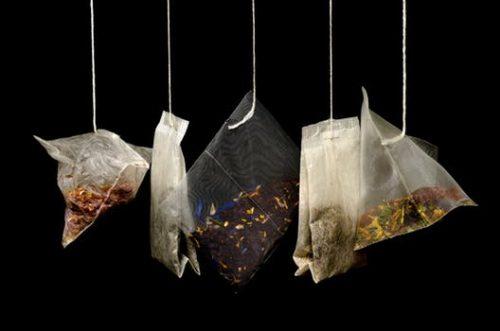 תיונים במגוון עשיר של טעמים. קוביות סוכר.ממתיק מלאכותי וסוכר בשקיות אישיות . קרטון חלב. בוחשני קפה. קפה שחור. נס קפה